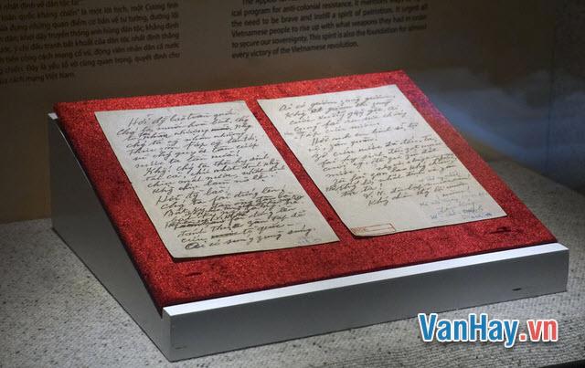 """Văn chương có loại đáng thờ và không đáng thờ. Loại không đáng thờ là loại chỉ chuyên chú ở văn chương. Loại đáng thờ là loại chuyên chú ở con người"""" (Nguyễn Văn Siêu, 1799 - 1872). Hãy giải thích và bình iuận ý kiến trên."""
